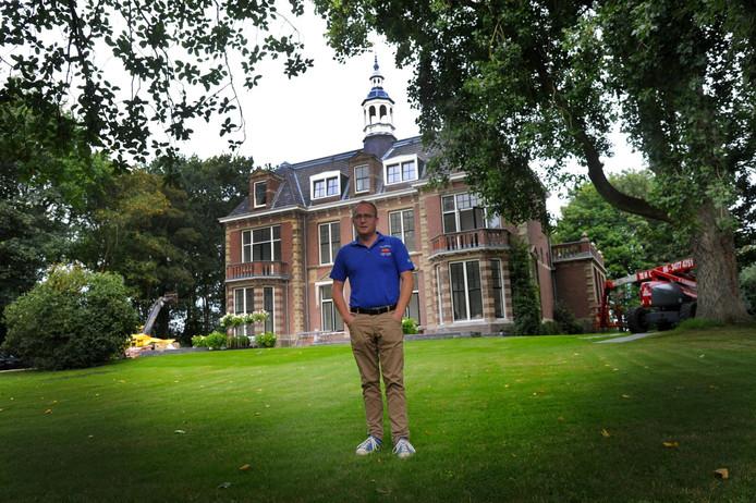 Eigenaar/oprichter Leon Overdulve van OOS International voor de Serooskerkse villa die het hoofdkantoor van het offshorebedrijf wordt.