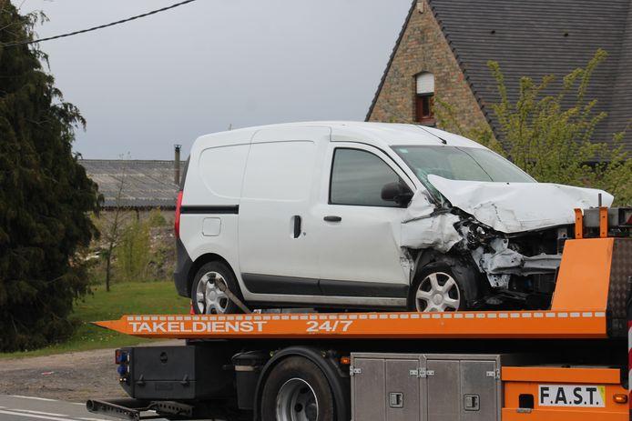 Ook de witte lichte vrachtauto, een Dacia Dokker, liep zware schade op door de aanrijding.