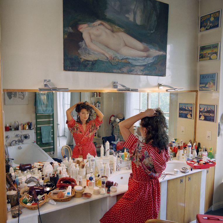 Marie-France Pisier bij haar thuis in Parijs. 'Ze had lak aan alles en iedereen. Ze was mijn roekeloze vriendin.' Beeld Sygma via Getty Images