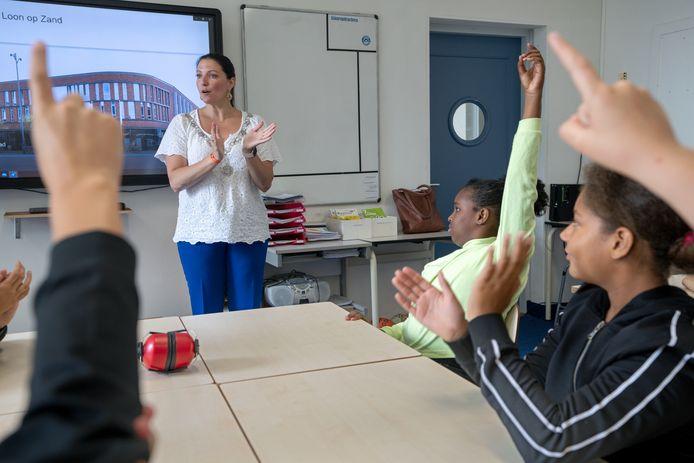 Burgemeester Hanne van Aart gaf een midag les op De Vaert in Kaatsheuvel.
