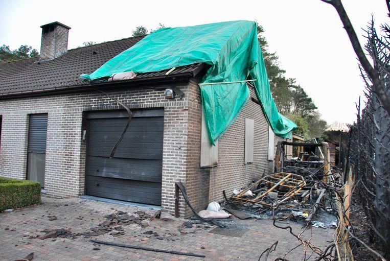 De brand verwoestte de mobilhome volledig. Ook het dak en een deel van de eerste verdieping werd vernield.