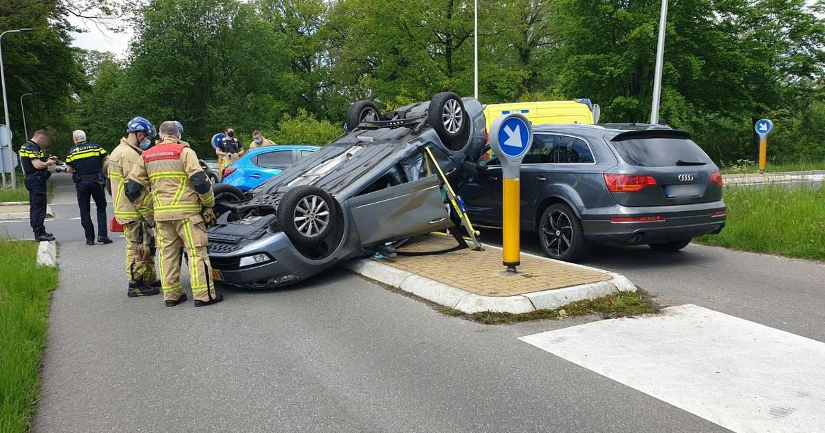 Inzittenden hebben engeltje op schouder bij verkeersongeval in Enschede.