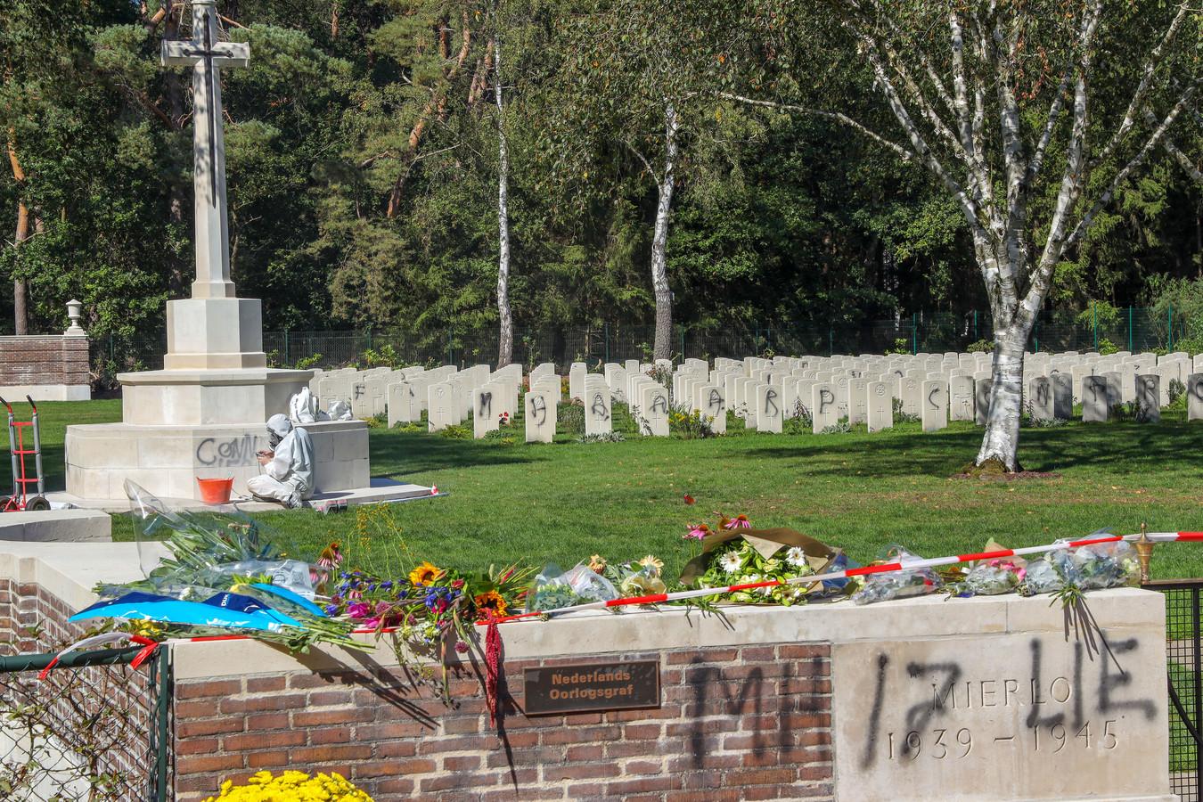 Alle bekladdingen op de oorlogsbegraafplaats in Mierlo zijn dinsdag verwijderd zodat de geplande herdenking in verband met 75 jaar bevrijding er gewoon kan plaatsvinden.
