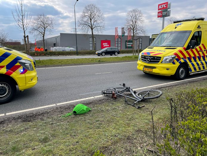 Fietser aangereden door auto op de Deurneseweg in Helmond.