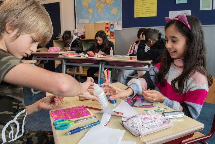 Tiel 07/10/2020 Kinderen van de Prins Mauritsschool (locatie West) knutselen kaarten in elkaar voor ouderen om te laten weten dat er aan ze wordt gedacht.