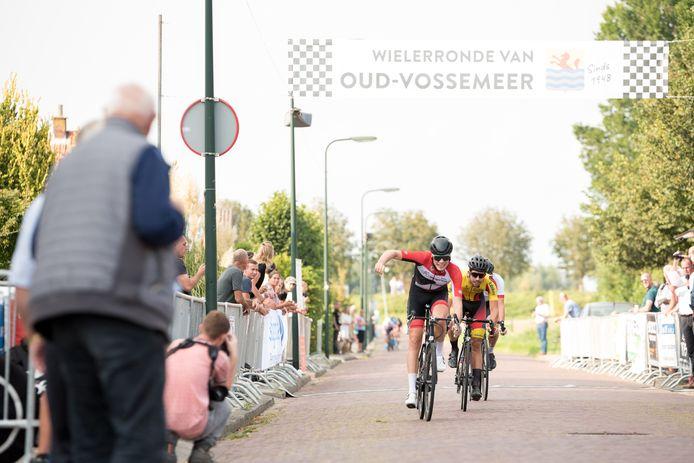 Remco Schouten komt juichend over de streep in Oud-Vossemeer.