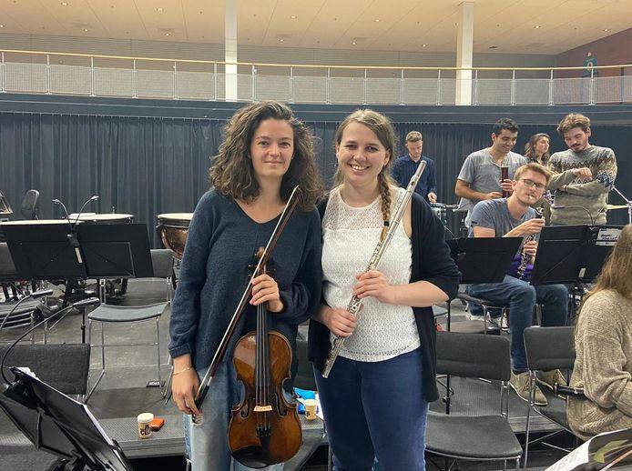 Tess Stepek (links) en Eline Masereeuw tijdens de repetities van het NSO.