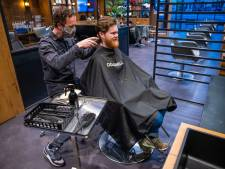 Eindelijk naar de kapper: woeste krijger verandert voor dag en dauw weer in een keurige man