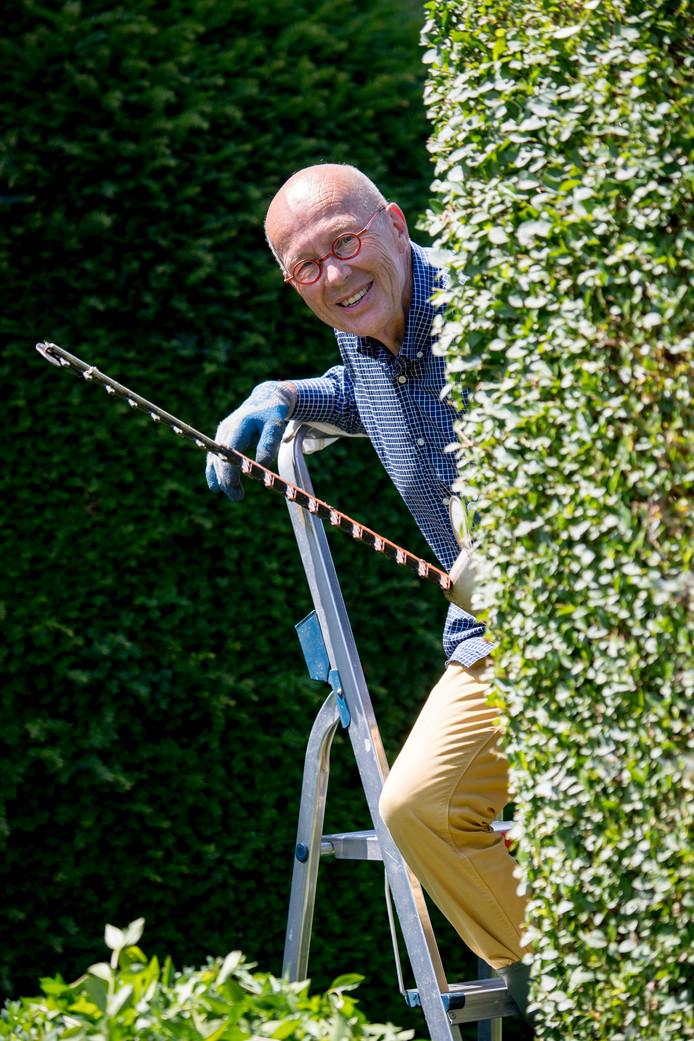 Harry Fernhout in zijn tuin in Tiel.