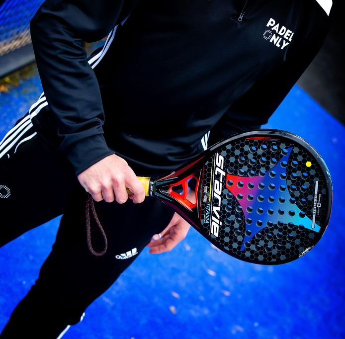 Het racket is bij padel kleiner en dikker dan bij tennis.