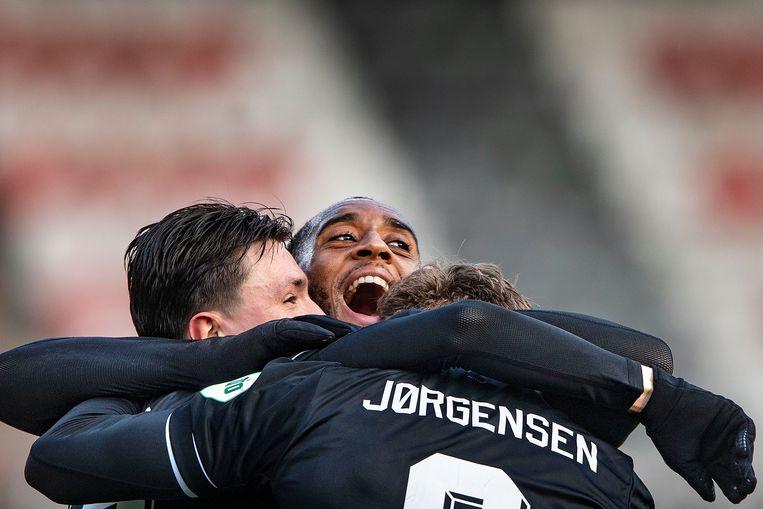 Leroy Fer is heel blij met de goal van Nicolas Jorgensen, net als Steven Berghuis. Beeld Guus Dubbelman / de Volkskrant