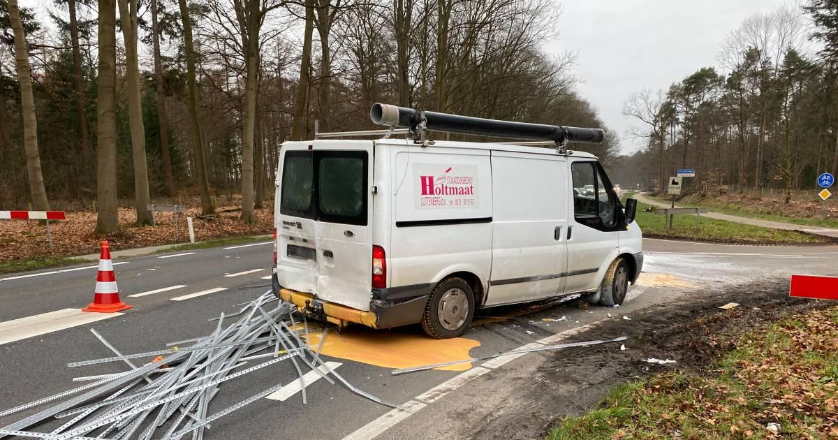 Aanrijding klusbus en auto: plas verf op de weg tussen Deventer en Raalte.
