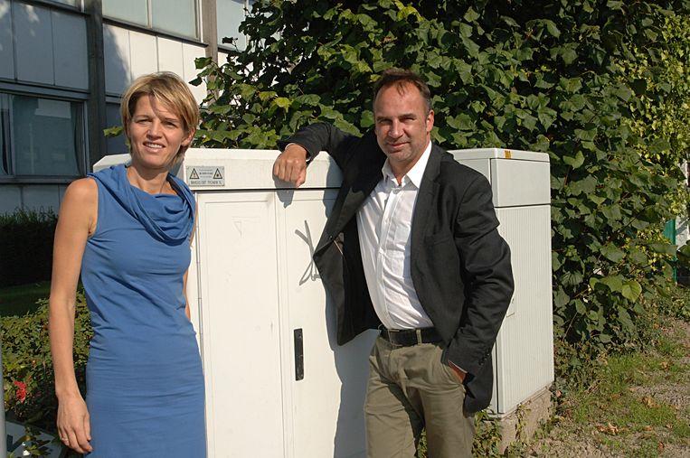 Burgemeester Francis Benoit en parkmanager Annelies Corne bij een schakelkast op de hoek van de Industrielaan en de Noordlaan in Kuurne.
