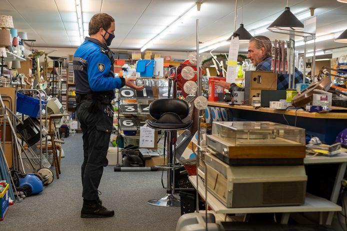 Na de controle van vorige week, heeft Gerjo Pereira van de kringloopwinkel in Wezep verder geen handhavers meer in zijn winkel gehad.