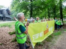 Woede over 'bloedbad' op Veluwe: tegenstanders afschot trekken langs Veluwse dorpen met protest