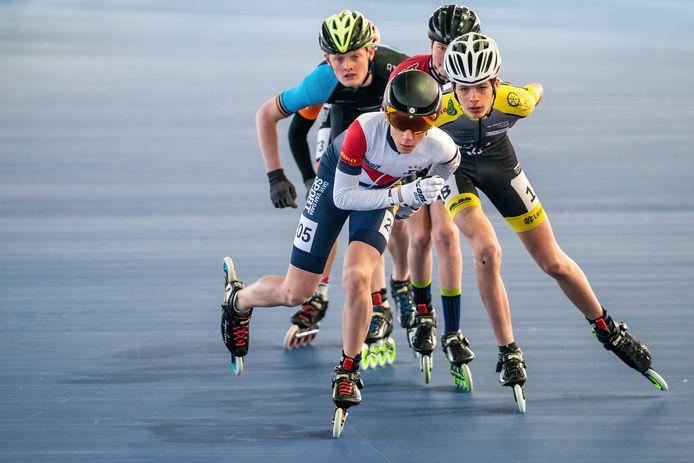 Cas van Deuren van SVO Oudewater rijdt op kop tijdens het testevent voor inline skaters in Heerenveen.