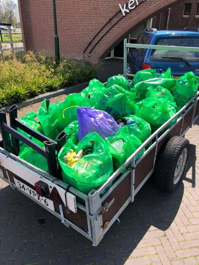 Op initiatief van de Dorpsraad Vroomshoop - Geerdijk werd Vroomshoop schoongeprikt.