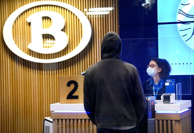 In 44 stations verdwijnen straks de bemande loketten. Reizigers zullen hun ticket online of aan de automaat moeten kopen. Beeld Photo News