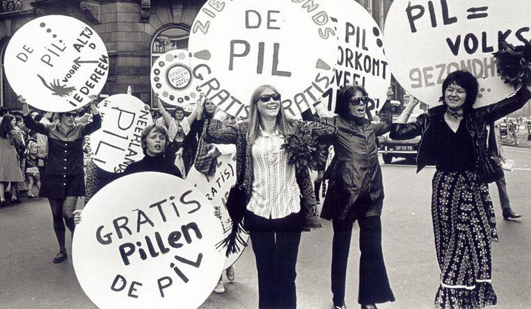Dolle Mina-demonstratie in 1970 voor het gebruik en de vergoeding van de pil.  Beeld rv