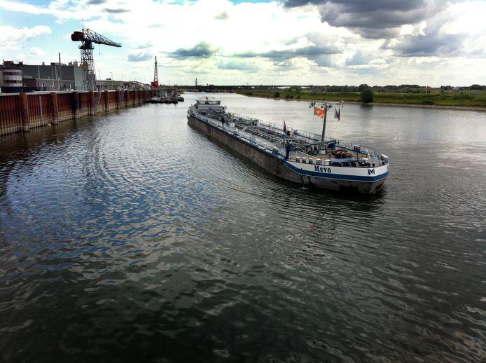 De matrozen van het Duitse tankschip Mevo staan klaar om aan te meren bij het Shellbrandstofoverslagstation in de Nieuwe Haven in Arnhem.