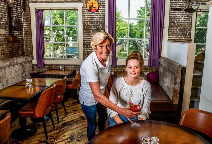Eigenaresse Greet Brand serveert Deveny een aardbeien-smoothie in De Waag.