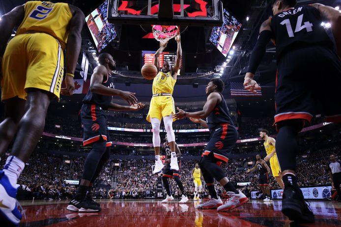 Duel onder de basket bij Toronto Raptors-Golden State Warriors.