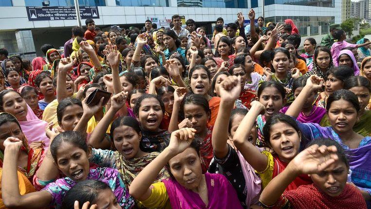 Vrouwelijke fabrieksarbeiders protesteerden zondag in Dhaka tegen de slechte werkomstandigheden. Beeld ap