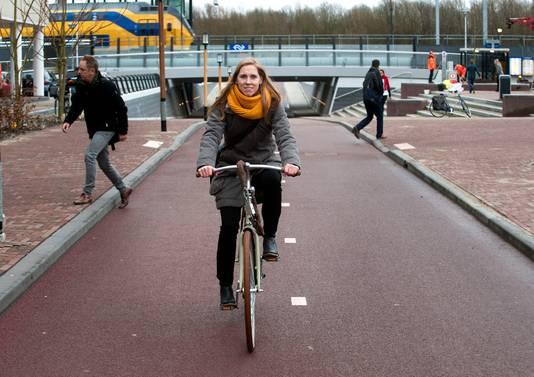 Wethouder Lot van Hooijdonk fietst op het in 2015 geopende Maarschalkerweerdpad, de fietsroute tussen station Lunetten en het Utrecht Science Park.