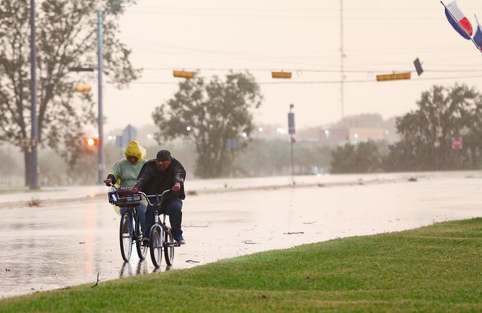 Fietsers in Bay City, Texas, voelen het weer veranderen in afwachting van storm Nicholas.