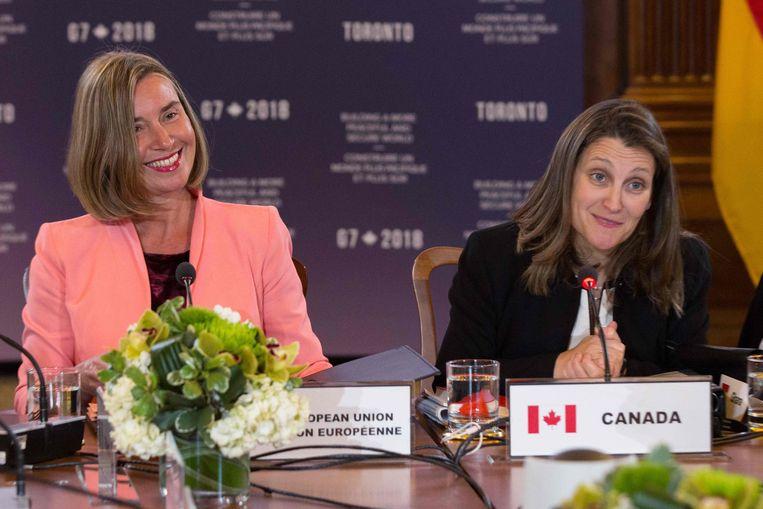 Federica Mogherini, hoge vertegenwoordiger voor Buitenlandse Zaken van de EU, en Chrystia Freeland, de Canadese buitenlandminister,  tijdens de opening van de G7-top in Toronto.  Beeld AFP