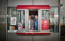 Ron (links)  en Michel de Kok in het loket van de drive thru bij de Kuip, die in coronatijd wel veel klanten trekt.
