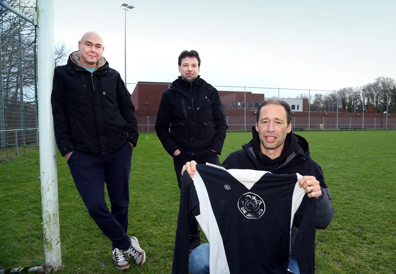 Rene Oomens, Nico Baak en Richard Veldink bij hun voormalige veld van hun verdwenen club SV De Jagers. Foto: Robert van Stuyvenberg