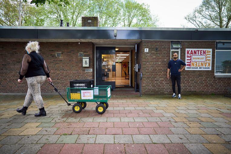 Een vrijwilliger in Den Haag vertrekt om de soep te bezorgen. Coach Anouar Hamdi kijkt toe. Beeld Phil Nijhuis