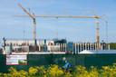 De bouwplaats van de nieuwe Amerikaanse ambassade, gezien vanaf de Rijksstraatweg