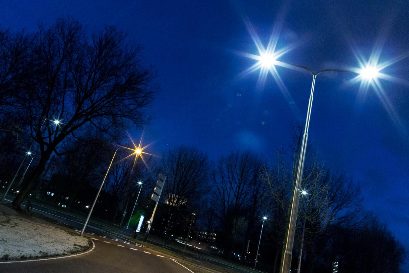 Het verschil tussen led-verlichting en oude straatverlichting is op deze foto mooi te zien. Het witte licht is led-verlichting en de oranje lampen zijn de oudere modellen.