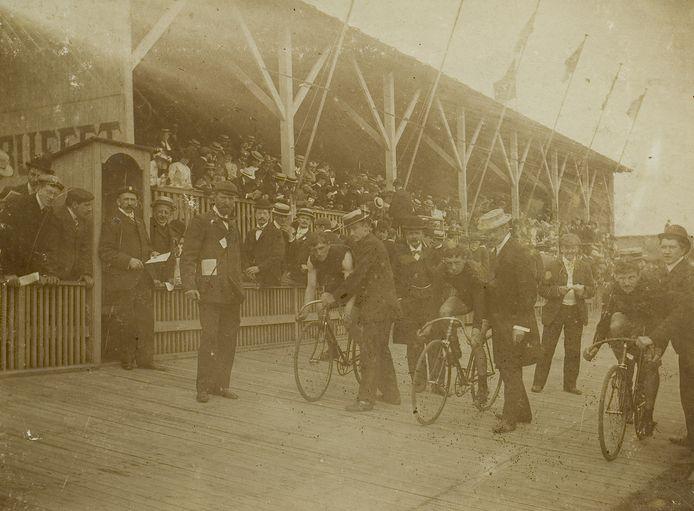 Wielerbaan aan de Mierloseweg in Helmond, achter de molen van Stevens. Vanwege de mooie tribune werd deze baan 'De Superbe' genoemd.