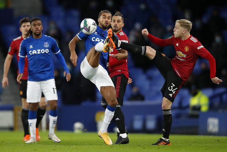 Donny van de Beek (r) voor Manchester United in actie tegen Dominic Calvert-Lewin van Everton. Beeld EPA