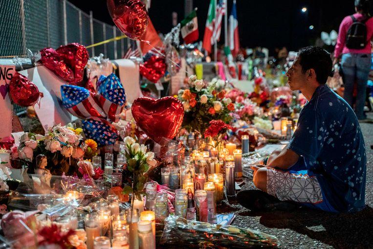 Kaarsen, bloemen, beeldjes en ballonnen op een tijdelijke herdenkingsplaats voor de slachtoffers van de schietpartij in El Paso. Beeld null