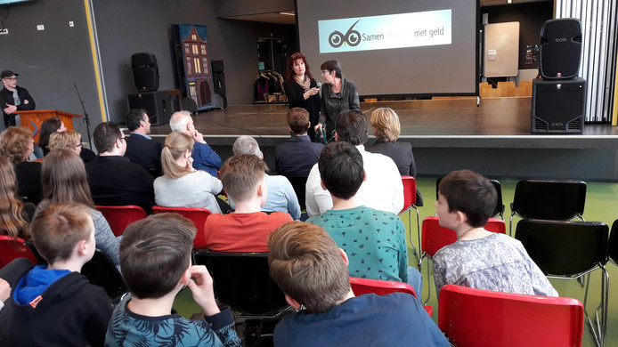 Vmbo-leerlingen in Oss luisteren en kijken naar staatssecretaris Jetta Klijnsma.