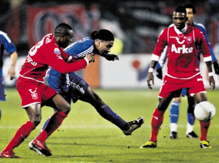 Ajax¿ jonge rechterspits Martina duelleert met Braafheid (links). (FOTO EPA) Beeld