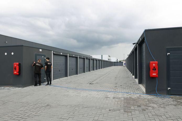 Twee mannen nemen poolshoogte aan de Empelse Rietwaard vlak bij de A2 waar Boxcomplex is gevestigd. Er zijn 29 opslagruimten opengebroken.