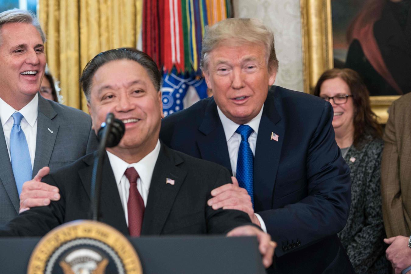 Topman Hock Tan van Broadcom kondigt met instemming van president Donald Trump aan het hoofdkantoor van zijn bedrijf van Singapore naar de Verenigde Staten te verhuizen.