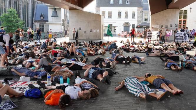 150-tal actievoerders ligt onder Stadshal om hongerstakers te steunen