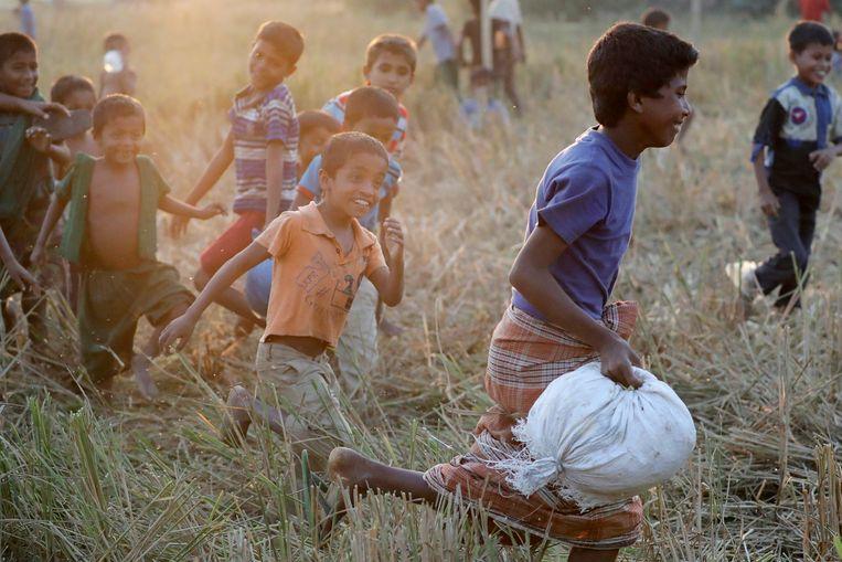 Spelende kinderen in het Jamtoli-vluchtelingenkamp, in Bangladesh.