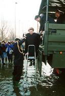 Koningin Beatrix stapt uit een legertruck tijdens een bezoek aan Limburg nadat de Maas in 1993 buiten de oevers trad.