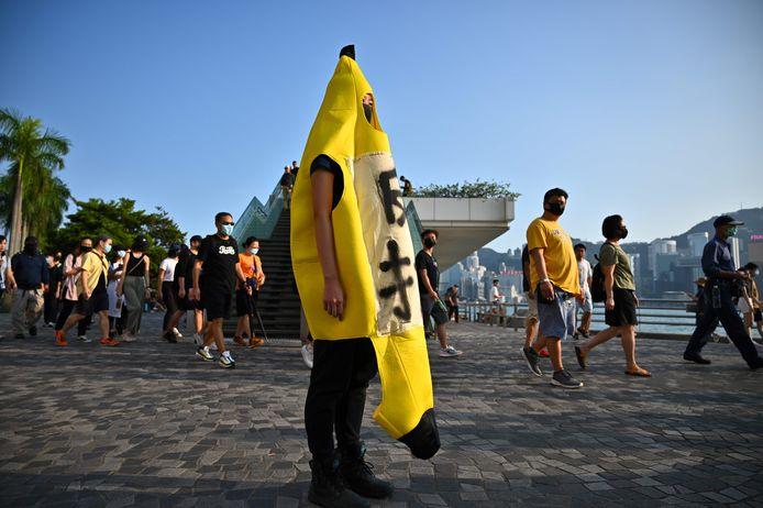 Een demonstrant in en bananenpak vandaag bij de flash mob in Tsim Sha Tsui district in Hongkong.