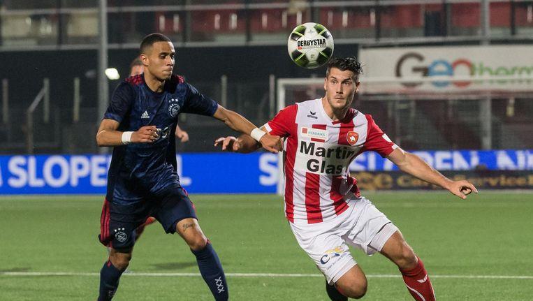 Jong Ajax speler Damil Dankerlui (L) in duel met FC Oss speler Thijs van Pol (R) Beeld ProShots