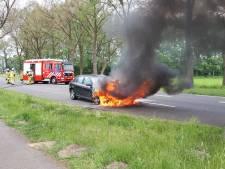 Auto vliegt tijdens rijden in brand tussen Aalten en Varsseveld
