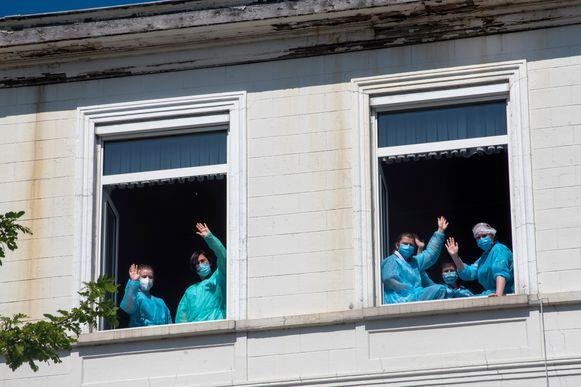 De medewerkers van het woonzorgcentrum Ter Rive keken toe, terwijl de diensten de letters en figuren vormden.
