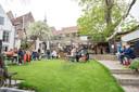 Bezoekers nemen het ervan in de tuin van restaurant De Zeeuwse Hemel in Zierikzee.